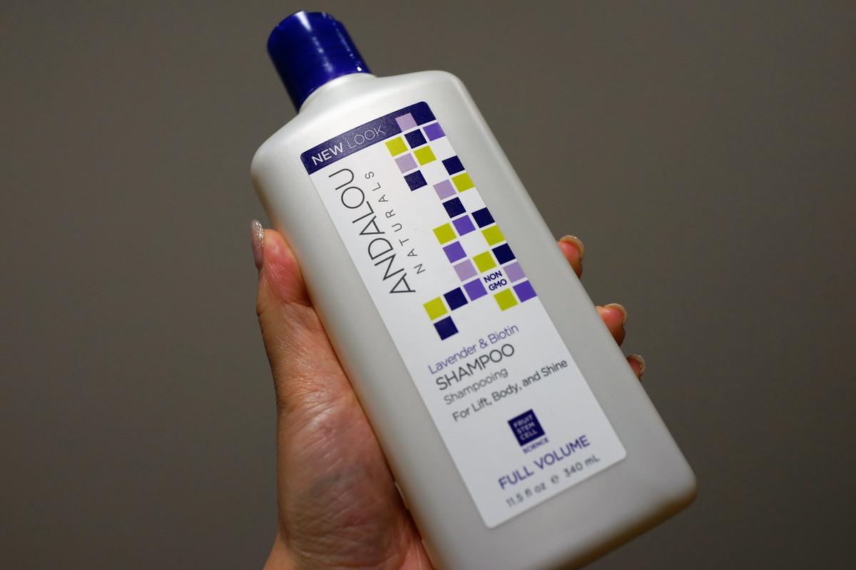 Andalou Naturals シャンプー Lavender & Biotin くせ毛やあほ毛対策に
